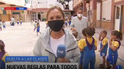 Lo que ocurre detrás de esta reportera de TVE en un colegio es justo lo contrario de lo que