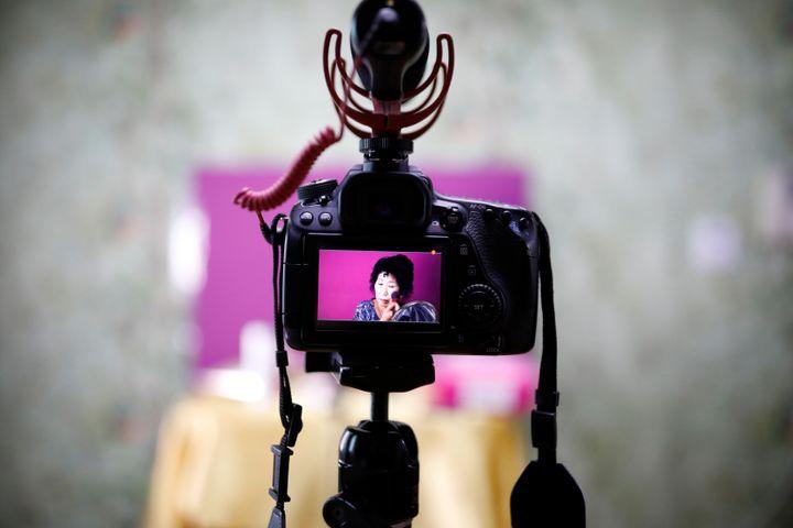 유튜버 박막례(73) 씨가 용인 자택에서 메이크업을 하고 있다. 2017년 7월 11일에 찍은 사진.