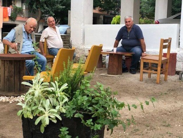 Θεσσαλονίκη: Συνταξιούχοι έστησαν υπαίθριο καφενείο και μπαχτσέ λόγω