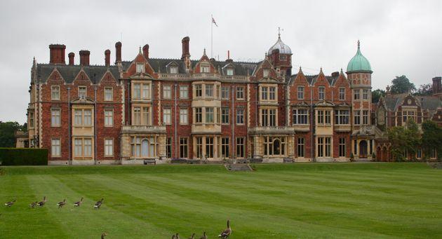 La reine d'Angleterre transforme l'une de ses résidences en drive-in pour un