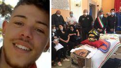 Sulla bara un casco da pompiere: l'addio al volontario 19enne morto per spegnere