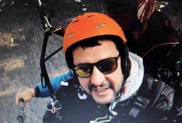 Salvini si lancia con il paracadute da Arezzo per