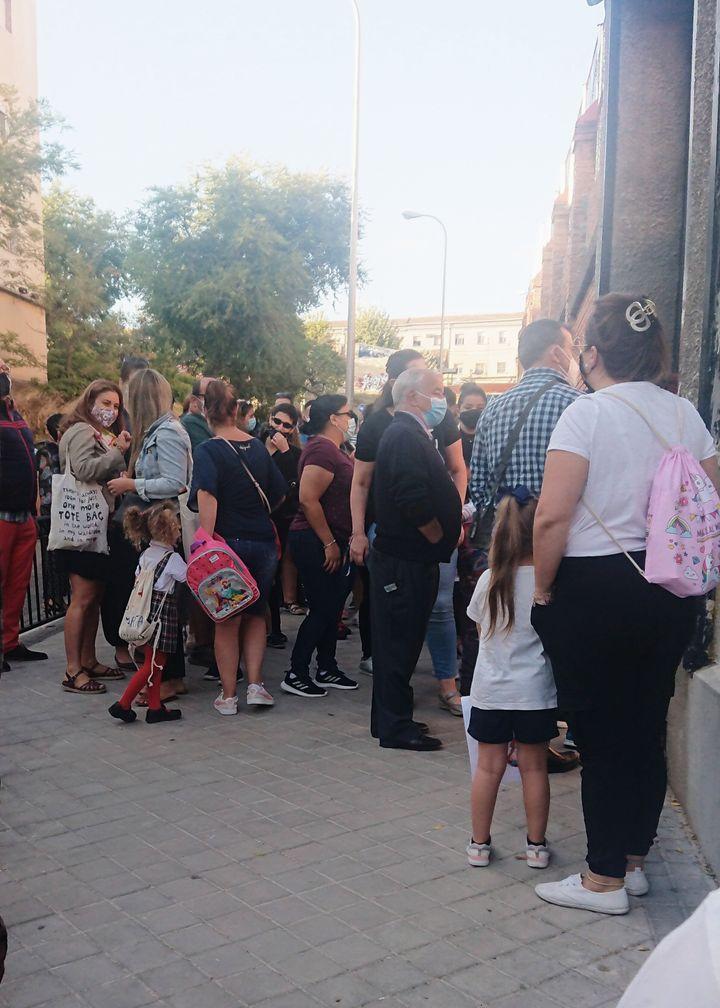 Los padres, a las puertas del colegio viendo entrar a los niños.
