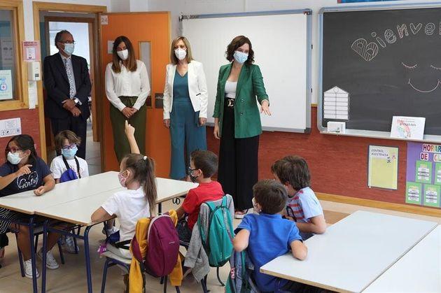 La presidenta de la Comunidad de Madrid, Isabel Díaz Ayuso (d) en el colegio Francisco de Orellana, en...