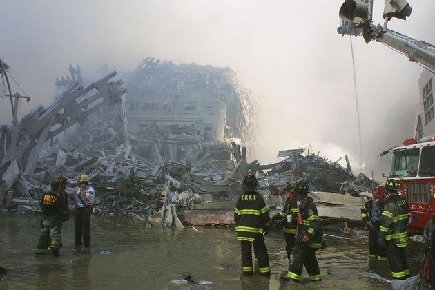 世界貿易センタービルの崩壊現場で活動する消防隊員ら(2001年9月11日)