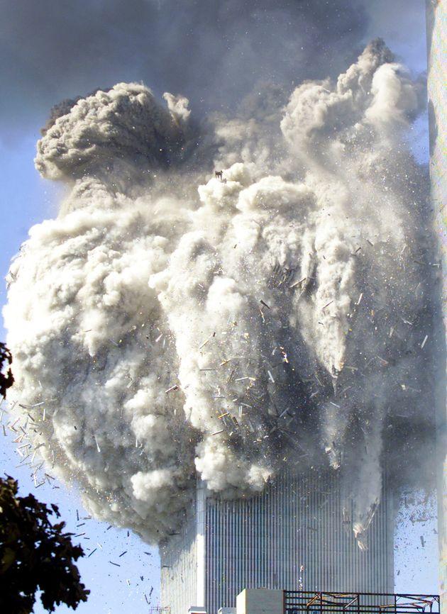 崩れ落ちる世界貿易センタービル(2001年9月11日)