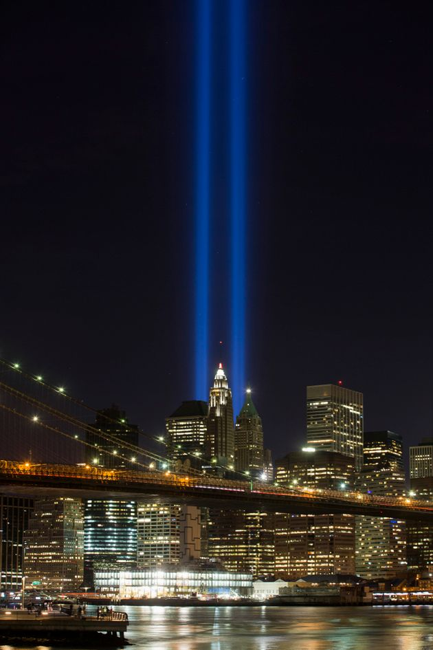 テロ事件で崩落した世界貿易センターのツインタワーに見立てた2本の青い光。犠牲者を悼む意味が込められている(ニューヨーク、2016年9月11日)