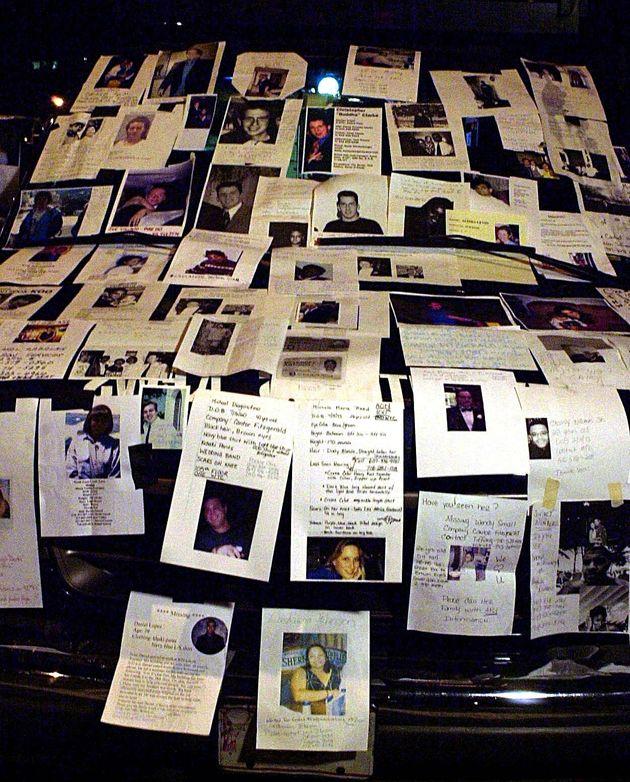 情報を求めて病院近くに貼り出された行方不明者の写真(ニューヨーク、2001年9月12日)