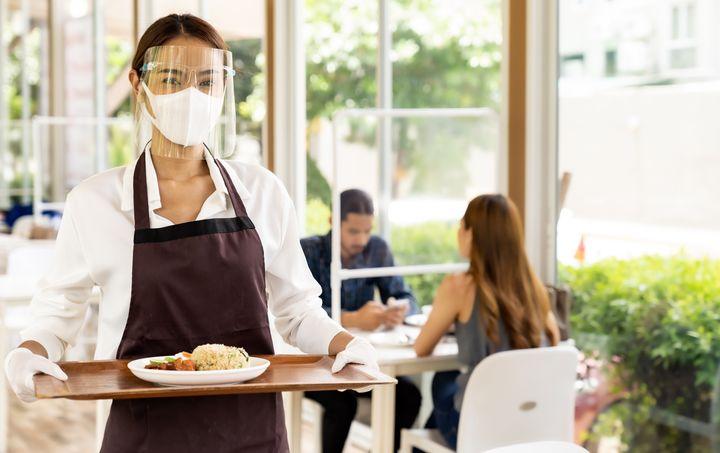 마스크를 쓰고 서빙 중인 식당 직원