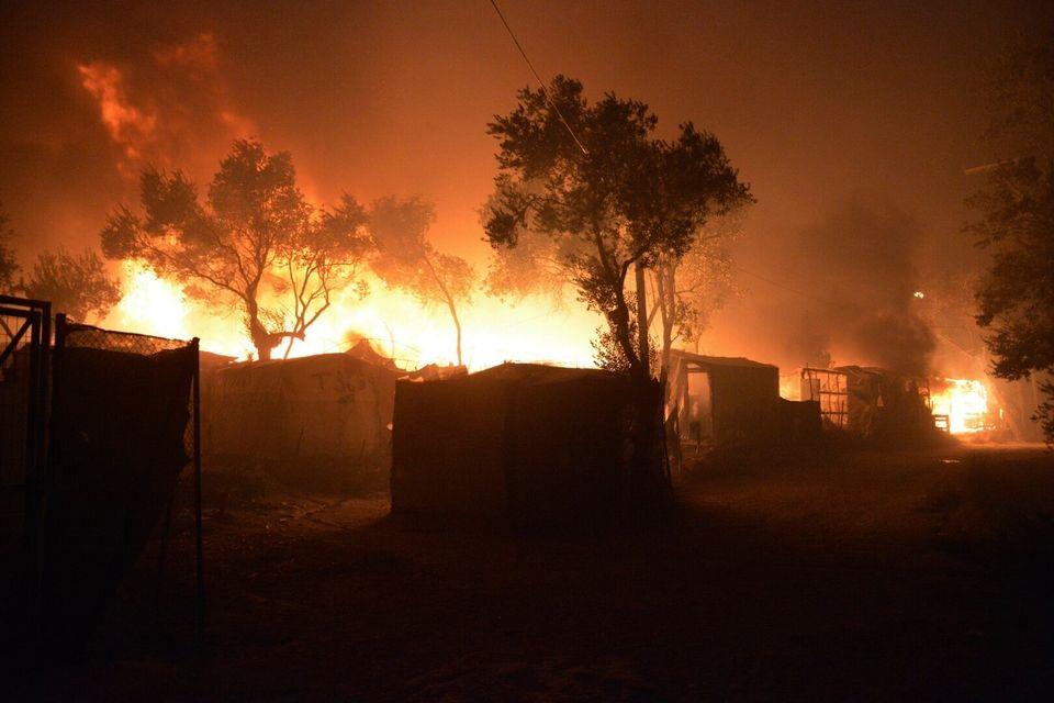 Λέσβος: Μεγάλη φωτιά στη Μόρια με τους 12.000 πρόσφυγες - Άγνωστο εάν υπάρχουν