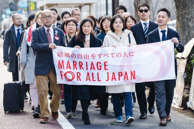 婚姻の平等の実現を求めている「結婚の自由をすべての人に」訴訟の原告ら。2019年2月に全国の同性カップルらが国を相手に一斉提訴し、同性同士の法的な結婚を求める裁判は現在全国5地裁で続いている=2020年2月、東京地裁前