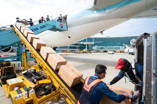 개조작업이 완료된 대한항공 보잉 777-300ER 내부에 화물을 적재하는