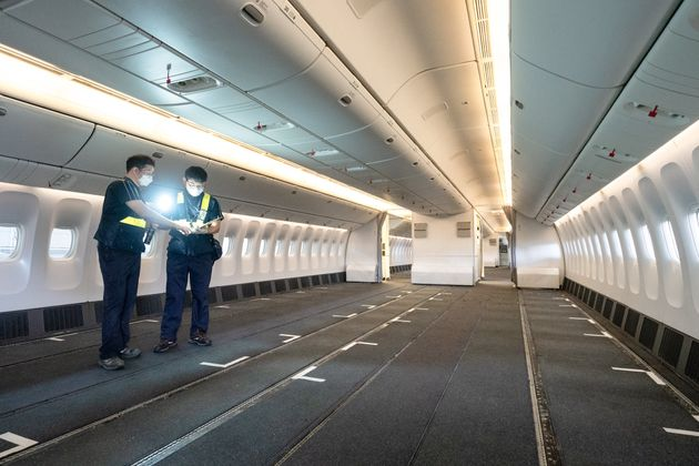 사진은 화물 수송을 위해 좌석 장탈 작업 진행중인 대한항공 보잉777-300ER
