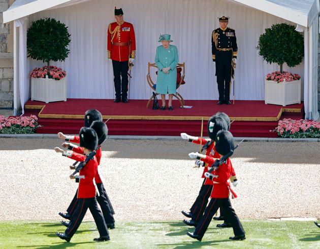 Fuggono da Windsor per un rave party: 13 guardie della Regina