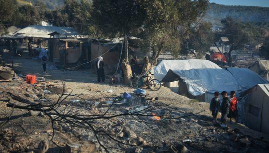Τα αποκαϊδια της Μόριας και οι χιλιάδες άστεγοι πρόσφυγες στη μέση του δρόμου - Εικόνες από τη