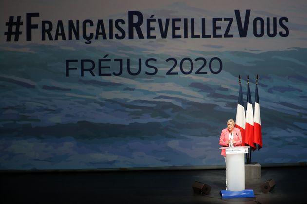 Marine Le Pen prononçant son discours de rentrée à Fréjus dimanche 6