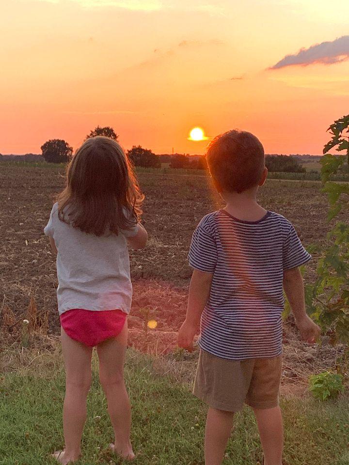 Le soleil qui se couche sur cet été un peu particulier. Cette photo de mes jumeaux admirant le soleil qui quitte le jour (photo sans filtre!) restera une de mes préférées de mon été.