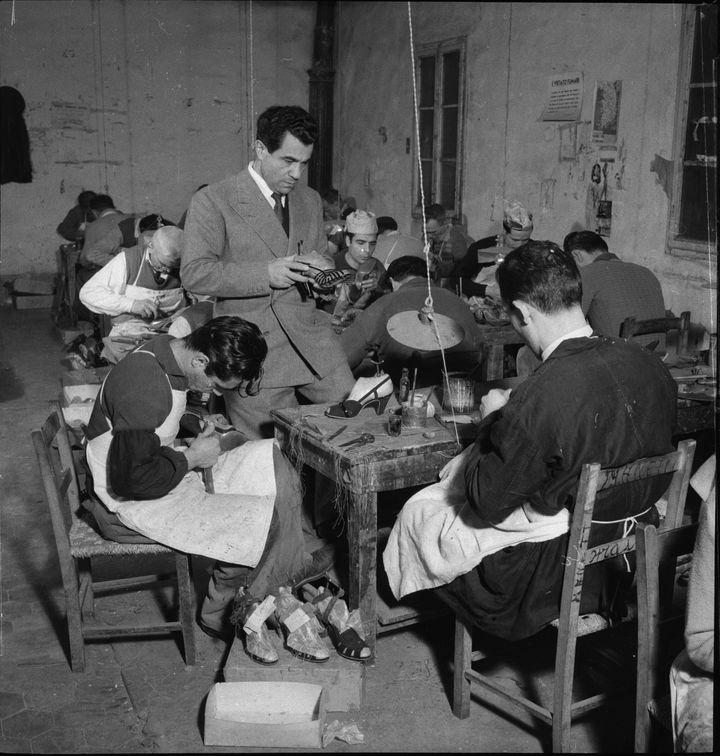 Ο ιταλός σχεδιαστής, Σαλβατόρε Φεραγκάμο, με τεχνίτες στην παραγωγή παπουτσιών.