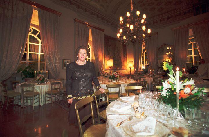 Η Ουάντα Φεραγκάμο, χήρα του σχεδιαστή, ετοιμάζει στην μεγάλη τραπεζαρία δείπνο για δεκάδες προσκεκλημένους.