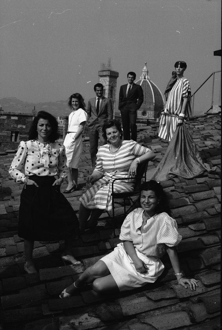 Μέλη της οικογένειας Φεραγκάμο στη Στέγη του Palazzo Spini Feroni. Μπροστά (από αριστερά) οι Φιάμμα, Ουάντα (χήρα του σχεδιαστή) και Φούλβια. Πίσω (από αριστερά) οι Γιοβάννα, Λεονάρντο, Φερούτσιο Giovann, κι ένα μοντέλο.