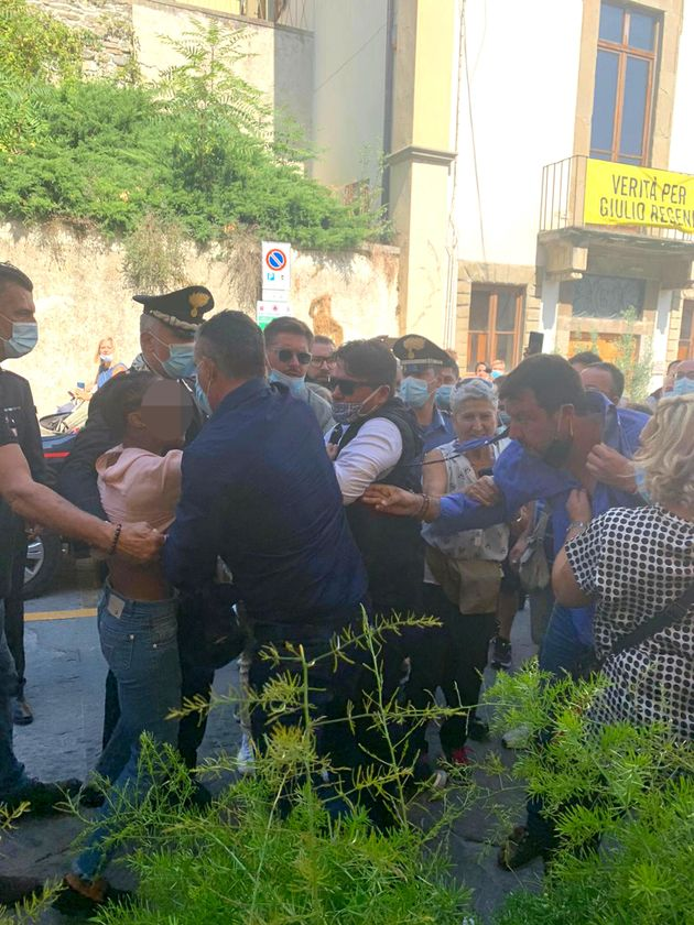 Ragazza aggredisce Salvini a Pontassieve, gli strappa camicia e
