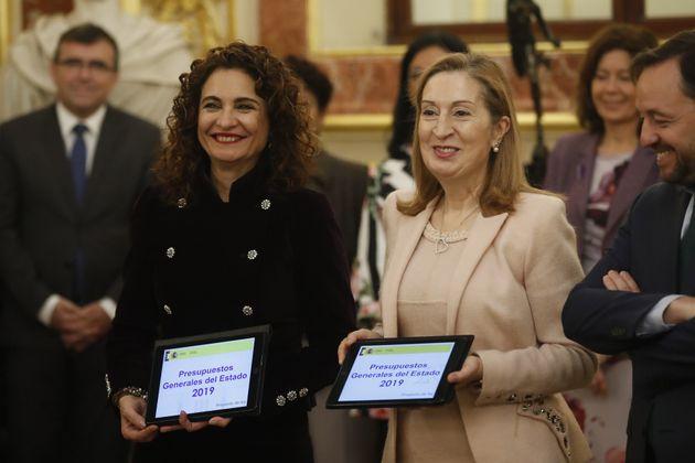 La ministra de Hacienda, María Jesús Montero (i), presenta a la entonces presidenta del Congreso, Ana...
