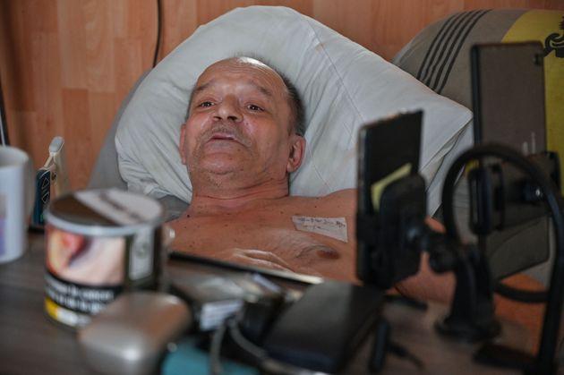 Alain Cocq, ici sur son lit médicalisé dans son appartement à Dijon le 12 août