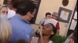 Una mujer se abalanza sobre Matteo Salvini durante un acto electoral al grito de: