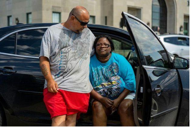 16août2020, DavidFrantz et PamelaElliott attendent devant un abri aménagé par la Croix- Rouge américaine au VeteransMemorialBuilding de CedarRapids. Leur appartement a été détruit par un phénomène météorologique rare connu sous le nom de «derecho», qui a soufflé le toit de leur immeuble. Pamela setrouvait à l