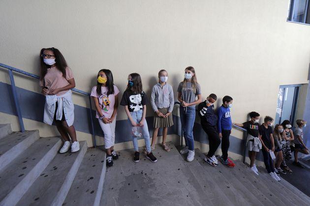 Crianças e pré-adolescentes de Nice, na França, voltam às aulas neste início...