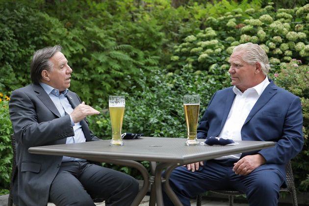 Les premiers ministres du Québec et de l'Ontario, François Legault et Doug Ford, ont pris une bière ensemble...