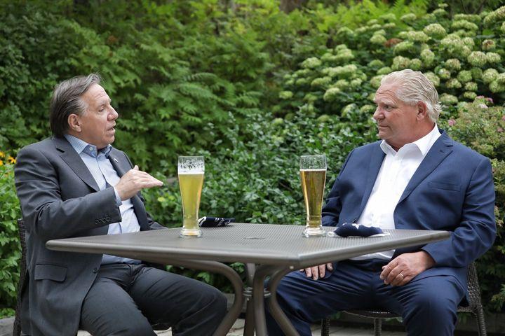 Les premiers ministres du Québec et de l'Ontario, François Legault et Doug Ford, ont pris une bière ensemble en amont du premier sommet Québec-Ontario, mardi. Plusieurs personnes ont fait remarquer que les deux hommes ne semblaient pas être assis à deux mètres l'un de l'autre pendant leur échange.