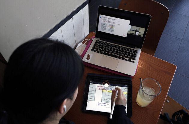 코로나19로 수원지역의 한 대학생이 비대면 방식 수업인 온라인 강의를 듣고