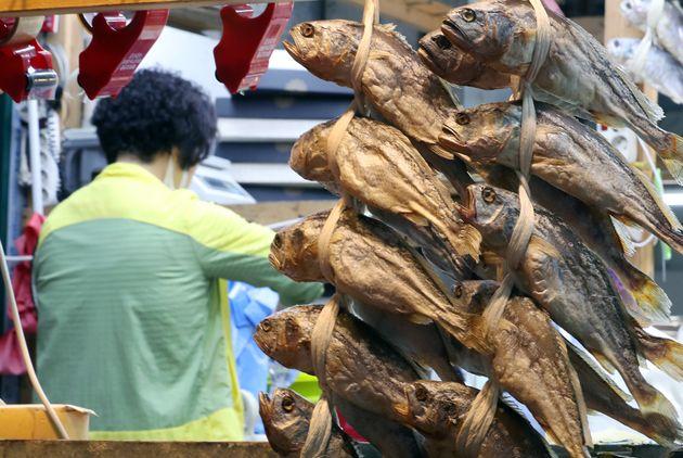 9일 오후 서울 가락동 농수산물 도매시장 건어물시장에서 상인이 추석을 앞두고 굴비를 진열하고