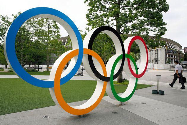 日本オリンピックミュージアム前に設置されている五輪マークのモニュメント=2020年8月31日、東京都新宿区、林敏行撮影