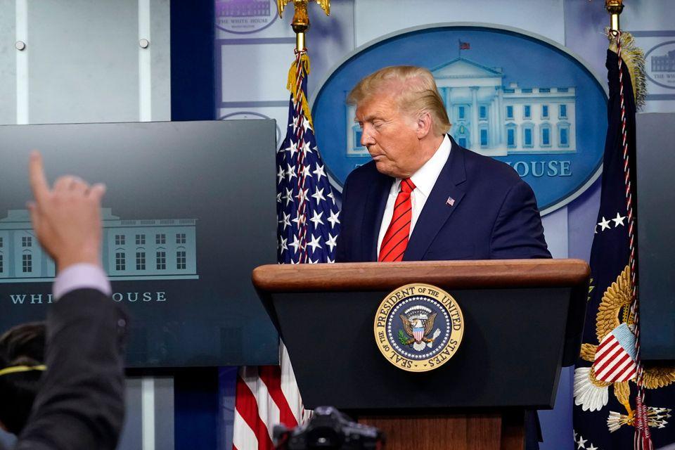 도널드 트럼프 미국 대통령이 백악관 코로나19 브리핑을 마치고 자리를 뜨고 있다. 2020년