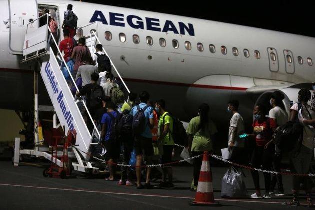 Un grupo de menores no acompañados, anoche, saliendo en avión de Lesbos a