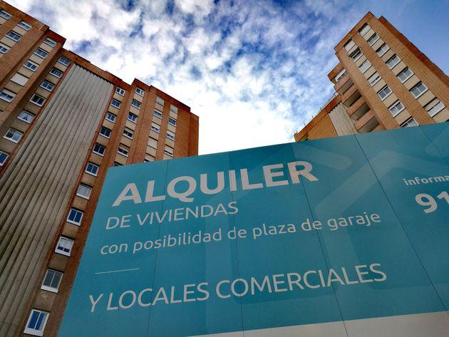 Cartel de una promoción de viviendas y locales en