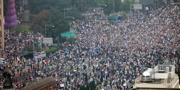 보수단체 회원들이 8월 15일 서울 종로구 광화문 네거리에서 집회를 하고