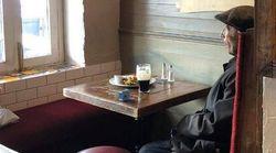 Una birra e una sveglia: la foto dell'uomo solo al pub diventa un simbolo delle norme anti