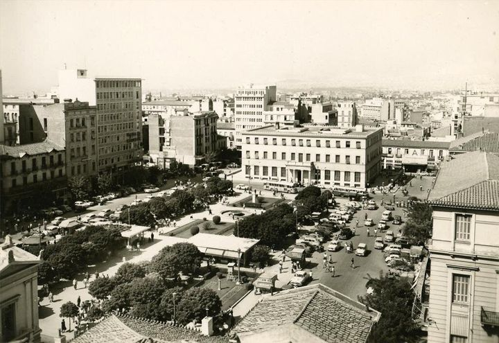 Το Δημαρχείο Αθηνών και η πλατεία Κοτζιά (1951).