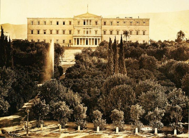 Τα παλαιά ανάκτορα (σημερινή Βουλή των Ελλήνων) και η πλατεία Συντάγματος, γύρω στα 1888.
