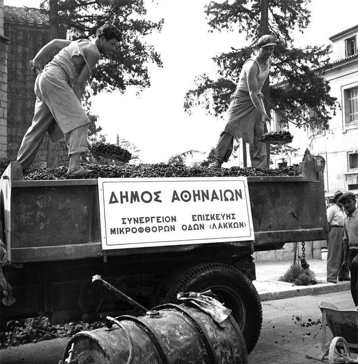 Συνεργείο επισκευής μικροφθορών των οδών του Δήμου Αθηναίων (Μάιος 1952)