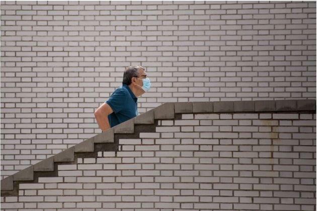 Un hombre sube las escaleras con una