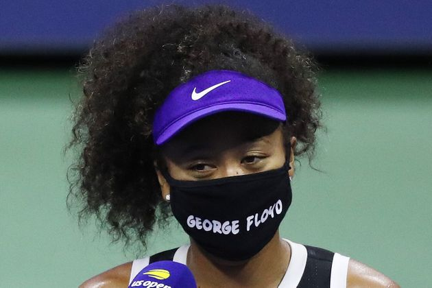 ジョージ・フロイドさんの名前が書かれたマスクをつけて全米オープンのコートに立つ大坂なおみ選手(2020年9月8日)