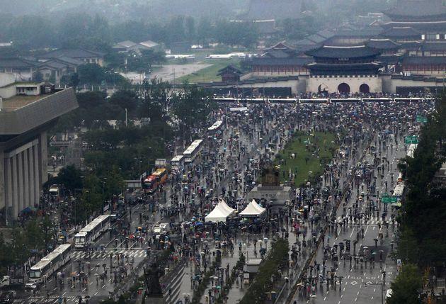 보수단체 회원들이 서울 종로구 광화문광장에서 집회를 하며 청와대로 행진하고 있다.