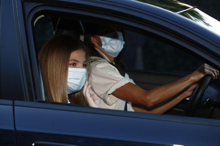La reina Letizia, muy bronceada, ha llevado a su hija al colegio en el primer día de curso.
