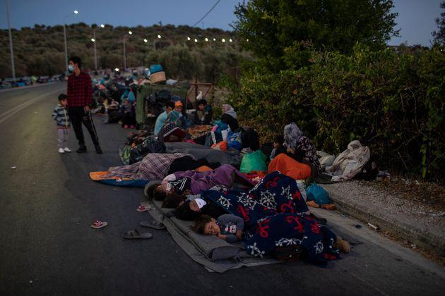 Un grupo de refugiados, durmiendo en la carretera tras los incendios en