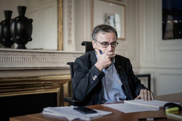 Le maire EELV de Bordeaux Pierre Hurmic photographié au mois de juillet dans son bureau