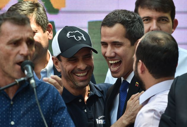 Henrique Capriles e Juan Guaidó se abraçam em Caracas em um ato realizado pela oposição...